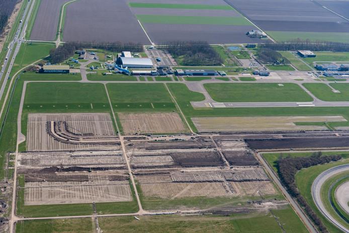 Op Lelystad Airport zijn inmiddels de werkzaamheden begonnen voor de verlenging van de landingsbaan