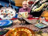 Henk (75) is apetrots op zijn pauwenverzameling, maar van zijn vrouw mogen ze de woonkamer niet in