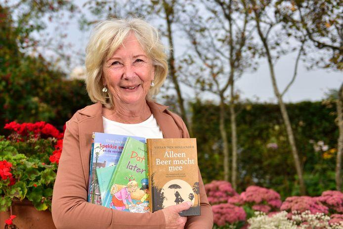 Kinderboekenschrijfster Vivian den Hollander (66) met een aantal boeken van zichzelf.