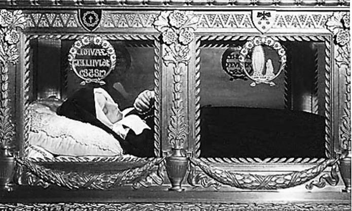 Bernadette Soubirous, zoals ze ligt opgebaard in de kapel van het klooster SaintGildard in Nevers.