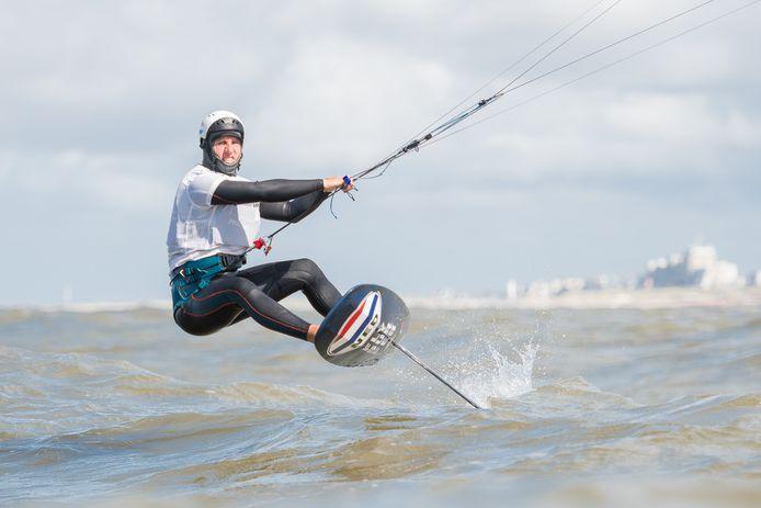 Dordtenaar Evan Kruger in zijn element: als kitefoilsurfer op het water.