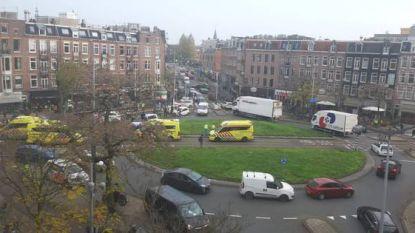 Dode en zwaargewonde bij schietpartij in Amsterdam: verdachten mogelijk gevlucht in wagen met Belgische nummerplaten