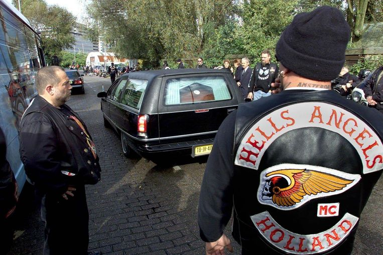 De lijkauto met het stoffelijk overschot van Sam Klepper verlaat het hoofdkwartier van de Hells Angels in Amsterdam. Beeld anp