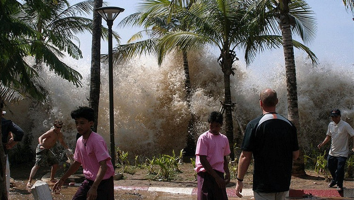 De tsunami van 26 december 2004 overspoelt de Thaise plaats Ao Nang.