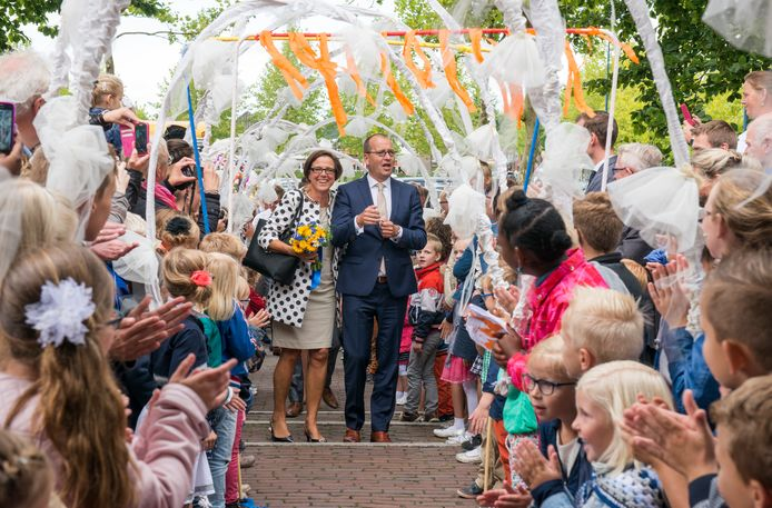 Bij het gemeentehuis in Staphorst werden Theo Segers en zijn vrouw Anneke uitbundig toegezongen door 150 schoolkinderen vanwege zijn eerste werkdag 4,5 jaar geleden.