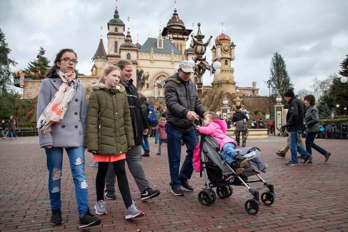 Vader Tonnie, moeder Marianne en de zusjes Gabriëla (15), Melissa (11) en Lotte (2,5) bij Symbolica in de Efteling. Ze waren daar op uitnodiging van stichting Het Vergeten Kind.