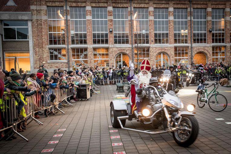 In De Brug kwam de Sint aan op school met een motorfiets.