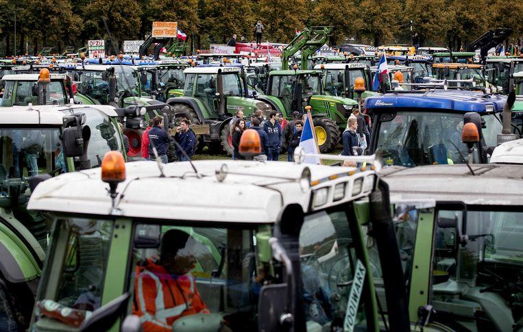 Boeren staan met hun tractoren op het Malieveld, 16 oktober 2019. 'Boze boeren, bouwers, leraren en verplegers – aan wie dient Den Haag tegemoet te komen?' Beeld ANP