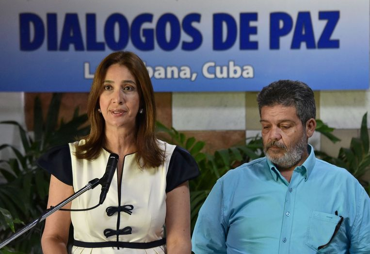 Marcos Calarca van de FARC kondigt samen met de woordvoerder van de Colombiaanse delegatie de wapenstilstand aan in Havana. Beeld null