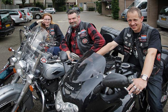 Jacquelien Werkman, Niels Roks (midden) en René de Haan. Ze combineren het motorrijden met hulp aan kwetsbare kinderen.