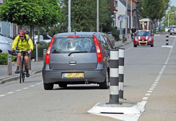 Verkeersdrukte op Rapenburg in Vogelwaarde, nu nog de doorgaande weg van en naar Hengstdijk en Kloosterzande.
