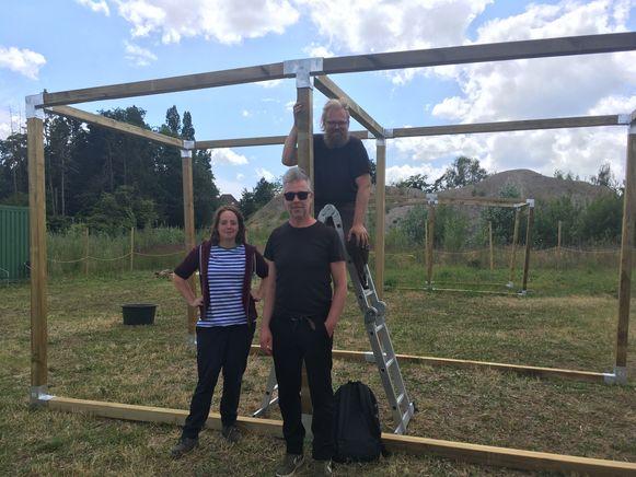 Pieter met Jochem en Tineke bij de houten structuren waar in gewerkt kan worden.