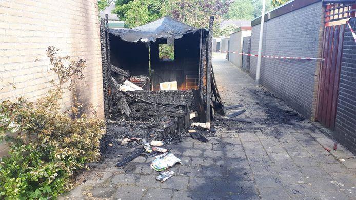 De afgebrande schuur in de brandgang aan het Boskoopplantsoen, woensdagochtend.