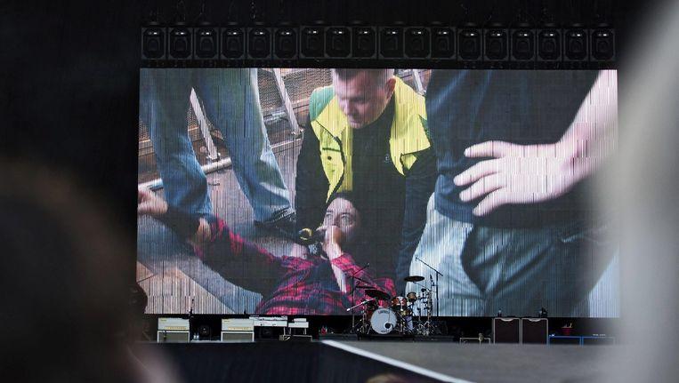 Dave Grohl spreekt zijn fans toe vanaf een brancard nadat hij van het podium dook en zijn been brak in Gothenburg. Beeld ANP
