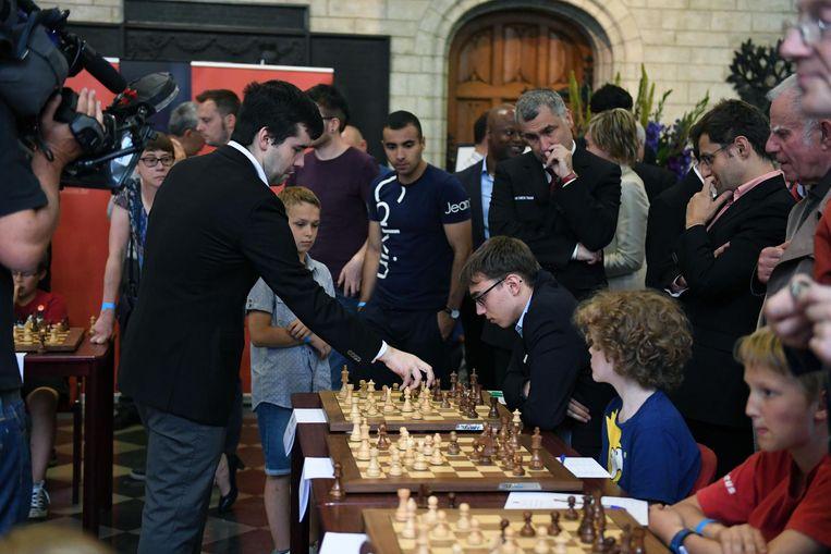 Onder meer de Noor Magnus Carlsen (foto) neemt het samen met nog negen andere schakers op tegen 40 kinderen in het stadhuis op de Grote Markt.
