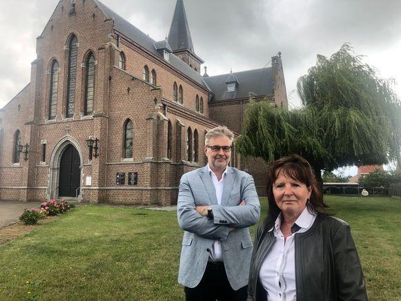 Ronny Puyneers  en Ingrid Vanderseypen aan de kerk van Onze Lieve Vrouw van het Heilig Hart in Drieslinter.