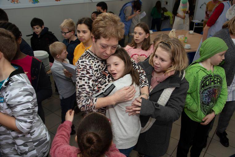 Een emotioneel afscheid van poetsvrouw Marleen met knuffels en geschenken.