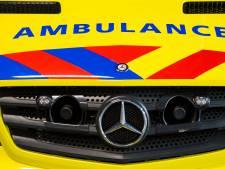 Fietsster met spoed naar ziekenhuis na aanrijding met auto op Onlandse Dijk in Groningen