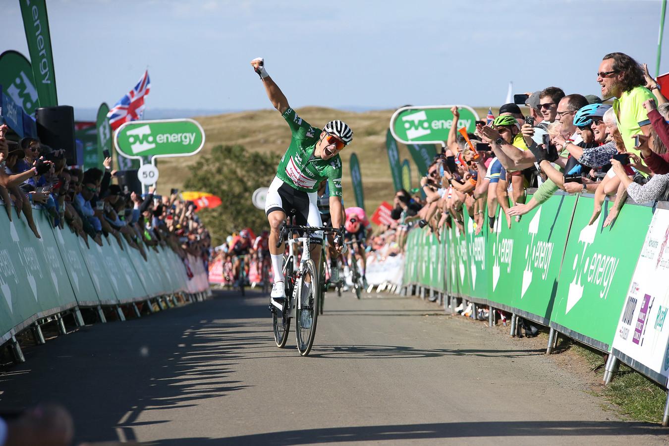Van der Poel zegeviert met groot verschil in de Tour of Britain, waarvan hij ook het eindklassement won. Zondag gaat de WK-race over vergelijkbare wegen.