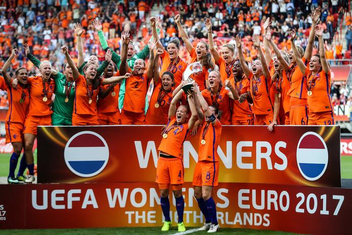 Vreugde bij de Oranje Leeuwinnen na de gewonnen EK-finale tegen Denemarken (4-2) van vorig jaar in Enschede.