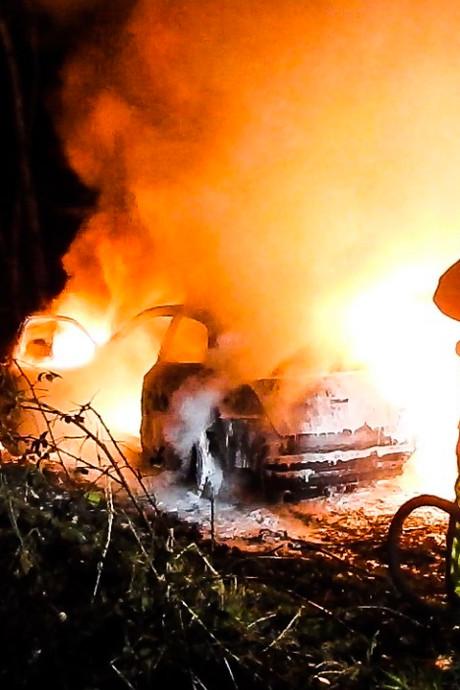Auto uitgebrand in buitengebied Bakel