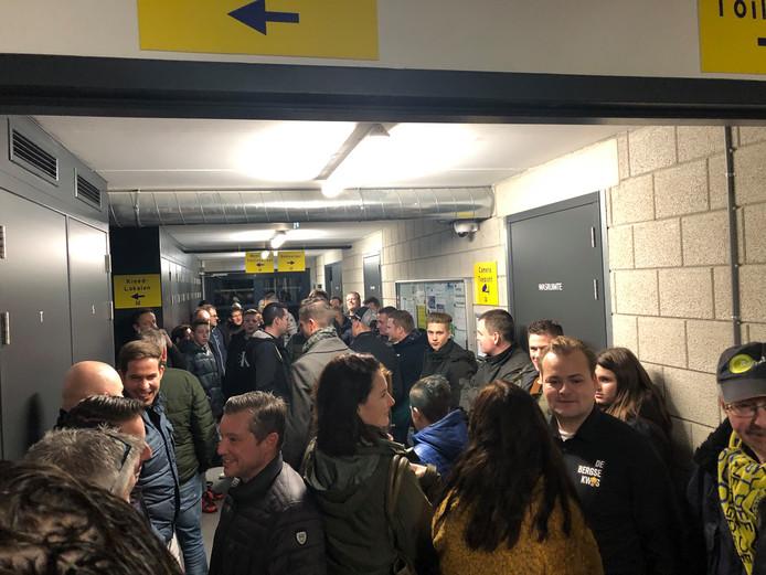 Deelnemers aan de geheime proef verzamelen zich bij Berghem Sport om later overhoord te worden op voetbalkennis.