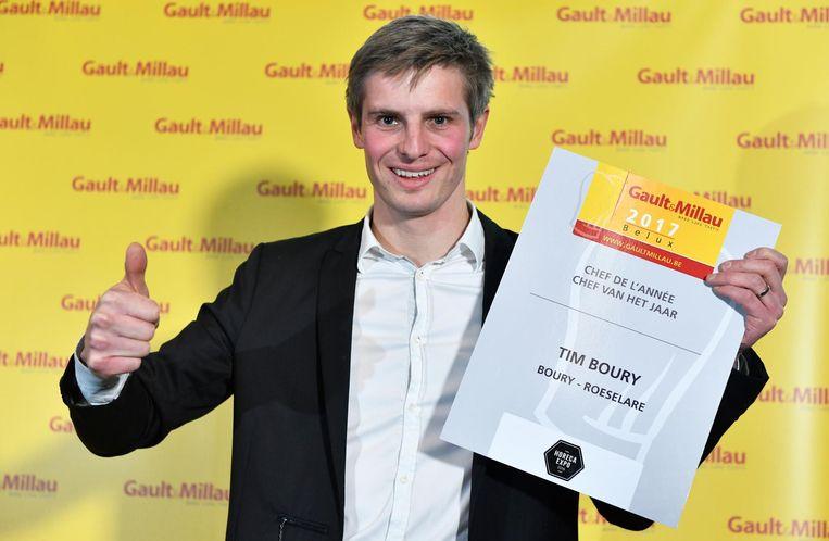 Tim Boury (33) van restaurant Boury met zijn award na de voorstelling van de nieuwe editie van de culinaire gids Gault&Millau.