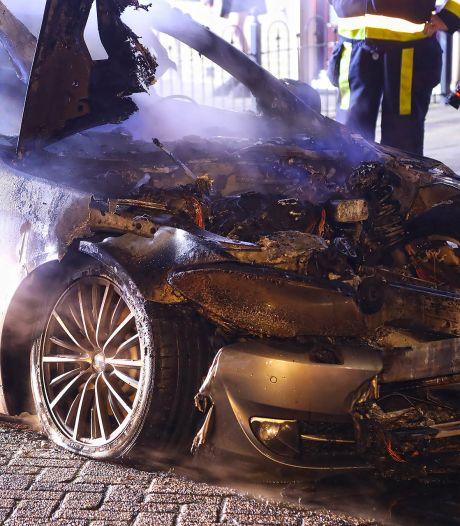Auto uitgebrand aan Maximiliaan van Oostenrijkstraat in Oss