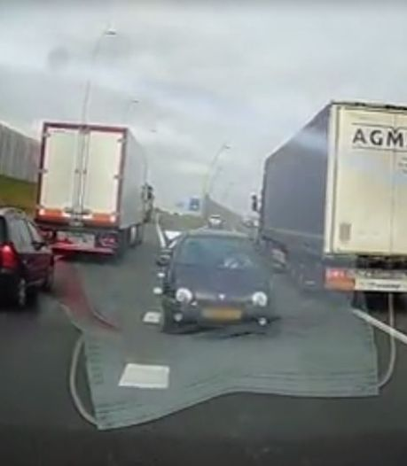 Spookrijder veroorzaakt chaos op snelweg, dashcam legt levensgevaarlijke actie vast