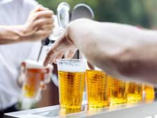 Gemopper over ijskoffie en bier in plastic op Osse Kermis