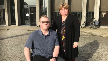 """Michiel (19) raakte drie jaar geleden verlamd bij ongeval met bromfiets, vandaag vraagt aanrijdster de vrijspraak: """"Emotioneel zwaar om te horen"""""""