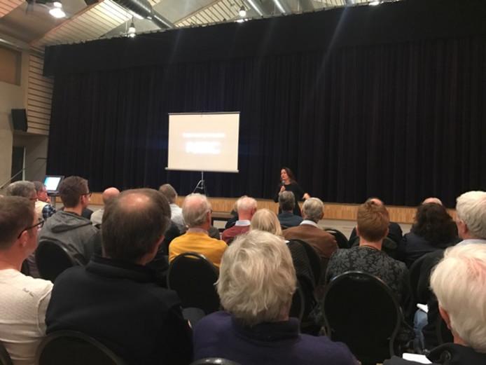 Een volle zaal zaterdag tijdens de informatiebijeenkomst van het Beraad Vlieghinder moet Minder in Knegsel