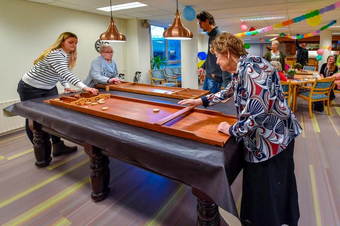 Jong en oud wonen sinds eind 2018 samen in de Ravelijnflat in Bergen op Zoom. Leerlingen van ROC huren daar een appartement en moeten in ruil daarvoor een paar uur vrijwilligerswerk doen met de ouderen die er wonen (80 jaar gemiddeld). Stadlander hoopt de ouderen in de flat op die manier wat ondersteuning en ontspanning te bieden.