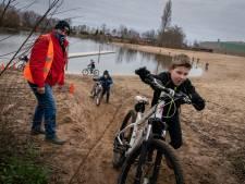 Kinderen uit Gendt crossen zich in het zweet: 'Ouders kunnen even rustig thuiswerken'