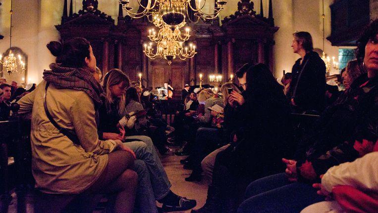Bezoekers van de Museumnacht in de Portugese Synagoge. Beeld Maarten Jungen