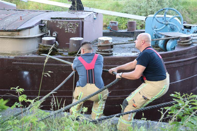 De brandweer kon uiteindelijk eigenhandig de boot terug tegen de kant trekken.