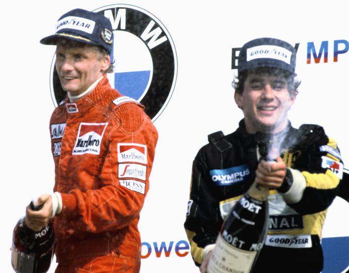 Niki Lauda en Ayrton Senna op het podium van de Grand Prix van Nederland in 1985