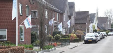 Geen feest, maar bevrijdingsvlaggen wapperen volop in Banninksweg in Nijverdal