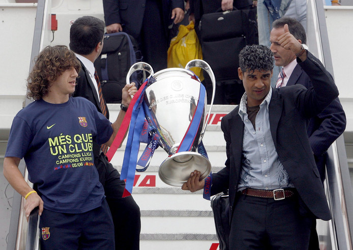 Frank Rijkaard en Carles Puyol  Thursday 18 May 2006, after defeating Arsenal FC on the Champions League soccer final yesterday in Paris. EPA/ALBERTO ESTEVAZ - barca4.jpg