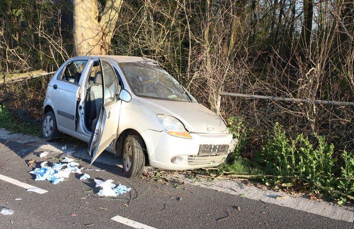 De zwaarbeschadigde auto na het ongeluk op de Zoelense Zandweg in Zoelen.