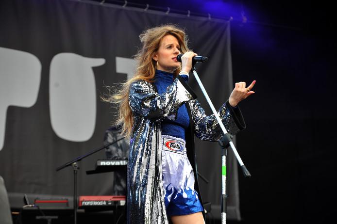Merol spotte diverse bekenden in het publiek. De zangeres komt oorspronkelijk uit Dordrecht.
