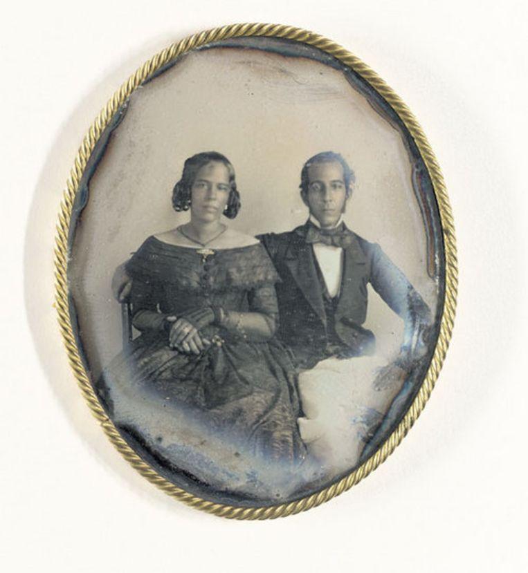 Portret van een jong paar: Maria Louisa de Hart en Johannes Ellis, Paramaribo in 1846. 9,3 x 7,8 cm. Beeld