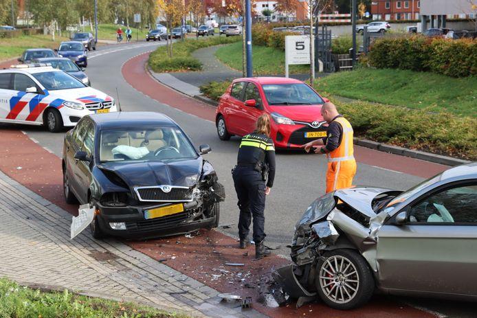 De auto's raakten fors beschadigd.