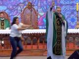 Vrouw duwt Braziliaanse priester van podium