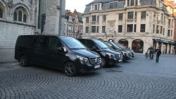 Mag dit? Sultan parkeert minibusjes op bushalte Grote Markt