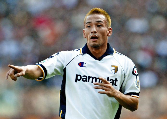 Hidetoshi Nakata in het shirt van Parma.