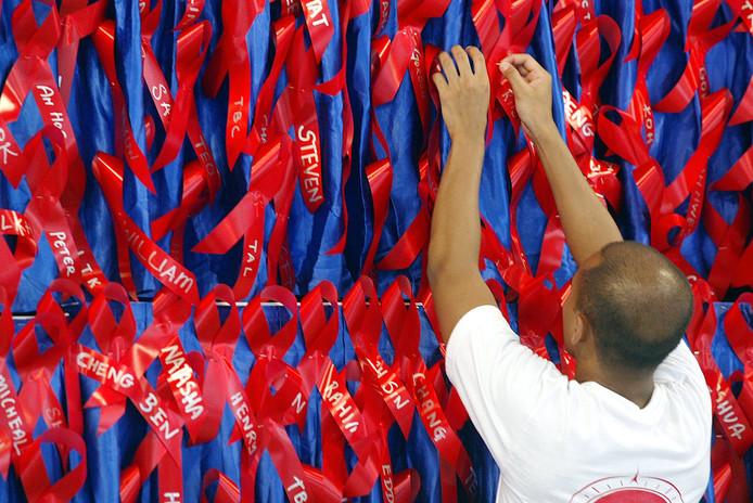 Lintjes worden opgehangen voor mensen die zijn overleden aan aids.
