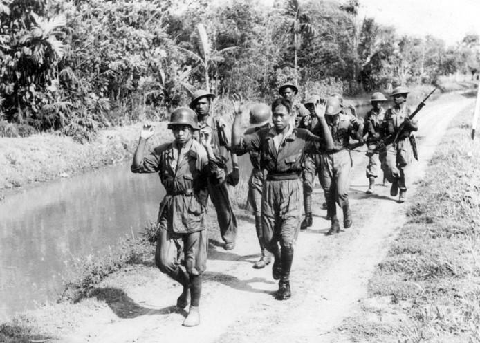 Pompe: 'Bij deze foto is een fout gemaakt. Het betreft hier geen KNIL-militairen maar militairen van het Brits-Indisch regiment. Het is te zien aan de helmen, typisch Brits model.'