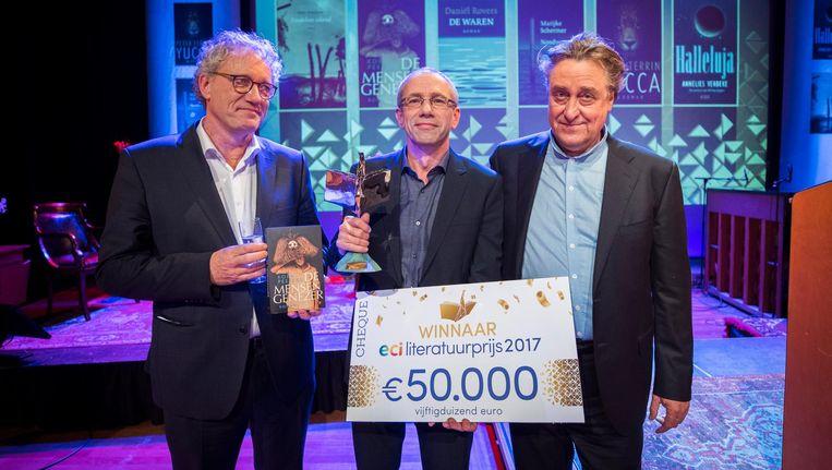 Koen Peeters (midden) met de juryvoorzitter Thom de Graaf (links) en de winnaar van vorig jaar Martin Michael Driessen (rechts). Beeld anp
