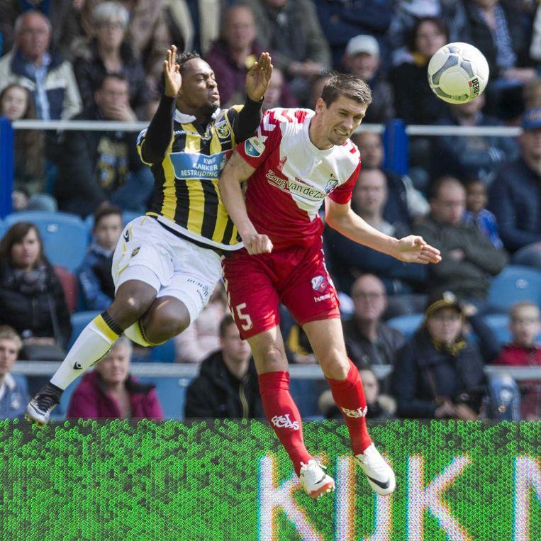 Renato Ibarra (Vitesse) in duel met Utrecht-speler Chris Kum. Beeld anp
